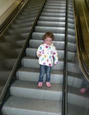 Poprvé na jezdících schodech! :) Velké soustředění :-D