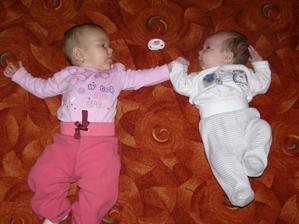 s kamarádkou Eliškou, je jí 6 týdnů a 3 dny a mě jsou 4 měsíce a 21 dní, to je rozdíl, co :-)