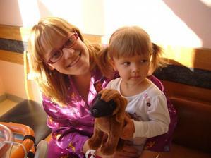 Na návštěvě v porodnici - Kristýnka a dáreček, který jí donesl bráška :-)