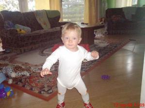 moje první samostatné krůčky...tedy až druhý den,první den mě mamka neztíhala fotit
