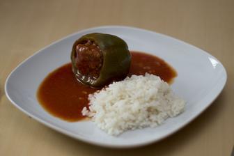 Plněný paprikový lusk s rajskou omáčkou, rýže