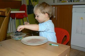 Dnes malování voskovkama na teplý talíř.