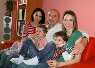 Děda v obležení bab :-D - dvě dcery a dvě vnučky :)