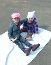 Holky si udělaly piknik na hřišti :)