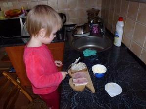 Natálka si chystá snídani:-)