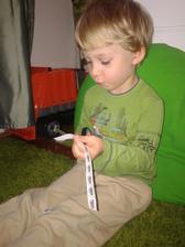 Ve školce se 'rozstříhal. Musím pořídit pořádné dětské nůžky. Tady stříhá strihaci proužky s auty z Alincina blogu.