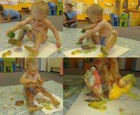 """Dnes ve cvičení """"Nechte děti malovat, jak chtějí"""". Myšleno na papír,ale Tomík si to vzal po svém,pěkně se vyřádil. :-) Body painting jak vyšitý :-)"""