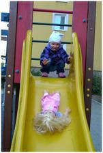 Tak to dopadne, když se vezme panenka na hřiště :)