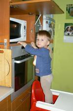 Ještě jsme zkoušeli Bábovku z mikrovlnky do hrnečku (zdroj také stránky montessoridoma.cz. Tady Tomík hlídá jestli už bábovka v hrnečku roste.