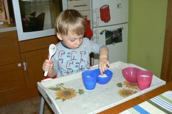 Dala jsem mu náhradní řešení - přesypávání rýže - kelímky, lžíce.