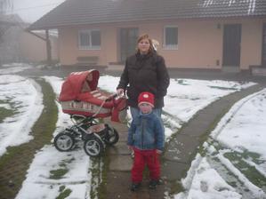 první procházka s mamkou a bráchou :)