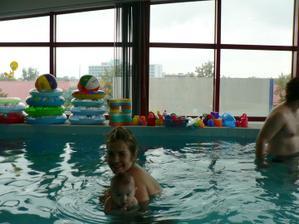 Už plavu ve velkém bazéně