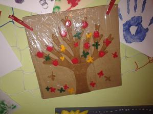 Na strom jsme přidělávali (oba) jablíčka a barevné listy. Až v průběhu mě napadlo, že bych to mohla dát do potravinové folie (Objevila jsem Ameriku ;-) ) a mít obrázek k ročnímu období. Až bude zima, folii rozřežu a dáme zimu.