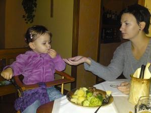 moje první jídlo v restauraci - udělali mi na přání brambory, brokolici a masíčko na vodě :-)) konečně POŘÁDNÉ jídlo pro děti v restauraci!!!