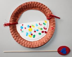Velikonoce_košíček s vajíčky (papírový talíř; vodové barvy; vajíčka = otisky prstíků); zápich do květináče (lepení, vlnitá barevná lepenka)