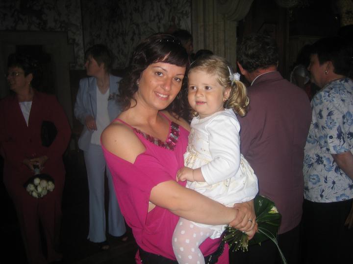 Klárinka s maminkou na svatbě.....