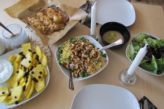 Menu podle Jamieho Olivera - Kuřecí špízy, nudlový salát, zelený salát, ovocný talíř