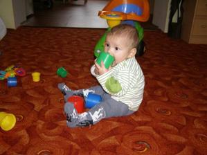 tak je 31.12.2009 a mám první fotečku, jak krásně sedím bez ručiček