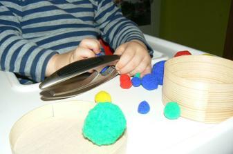 Poté jsem mu dala louskáček, že uděláme improvizované kleštičky (obouruč), ale udělal si z toho vkládačku.