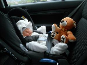 Jedeme domů!!!!!! Táta mně na cestu koupil medvídka:-)