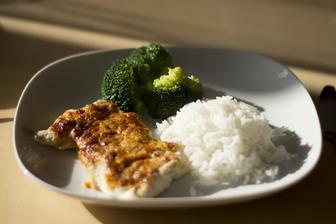 Kuřecí s čedarem a hořčicí, rýže a vařená brokolice