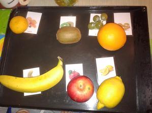 Přiřazování reálného ovoce k fotkám. Zjistila jsem, že máme doma moc druhů ovoce, tak jsem to zkusila. Měl problém mandarinka/pomeranč, ale jinak fajn.