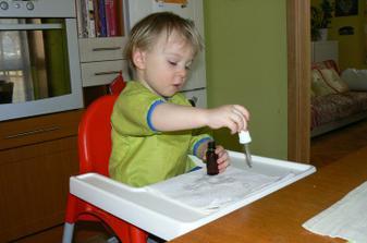 Zkoušeli jsme práci s kapátkem. Zatím bez barev. Ale aby viděl, že má/nemá kapátko naplněné, tak jsem mu tam dala ovocný čaj. Kapal na papírové utěrky.