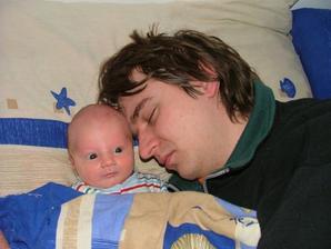 taťka usnul zato mládě nechce spát