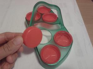 Zmizel mi z kuchyně stojánek na vajíčka a objevila jsem ho jako vtipnou vkládačku. Měl tam sice jen jeden vršek (ne každý pasuje), ale když jsem našla další velmi ochotně je umístil. Jen mi to málem nevrátil zpět :-D