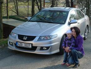 Tatínek chtěl zapózovat u auta :)