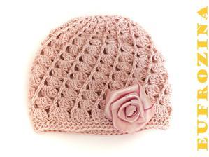 Vějířková čepička pro malou slečnu dozdobená umotanou růžičkou.