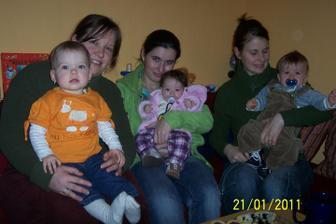 Mamčiny kolegyně z práce a moji kámoši :-) Tamarka 3 měsíce (19.10.2010), Šimonek 9 měsíců (20.4.2010) a já 15 :-)