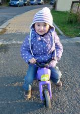 Snad bude letos sněžit hódně pozdě, protože Anička nedá bez motorky ani ránu :-D