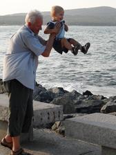 skákání s dědečkem (chudáci jeho záda)