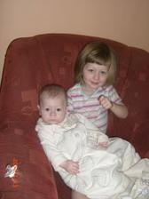 Sotva Ondra otevře oči, už musí do náruče své sestřičky :-)