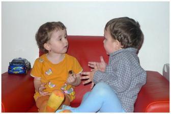 Anička debatuje s kamarádem :)