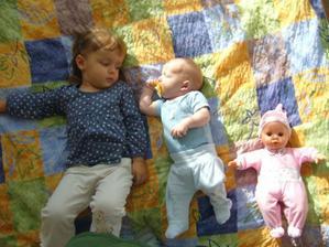 Moje tři děti :-) Honzíka jsem si dala na postel, když jsem věšela prádlo a Kristýnka s Karolínkou :-D nám musely hned asistovat :-)