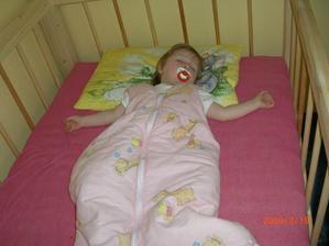 Takhle to dopadá, když toho v noci moc nenaspím. Po obědě lehnu a spím jak mě mamka položí.