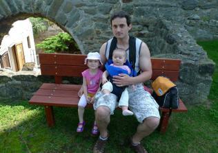 Tatínek s holčičkama (asi první společná fotka)