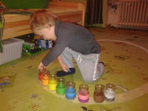 Chtěla jsem třídit pastelky. Dala jsem mu je do koupelny a on si pro ně běhal (zajímavé, tak ho to bavilo). Jenže přiřadil 4 pastelky (dobře) a přišla babička a bylo po řazení.. tak jindy :-D.