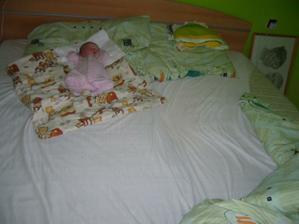 Malinký tvoreček ve veeeeeelké posteli :-)