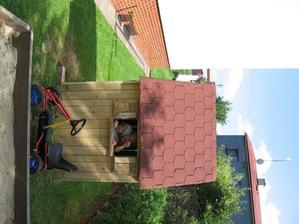 Taťka nám postavil domeček i pískoviště :-)