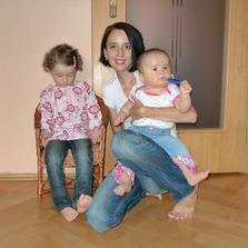 To jsou modelky teda - jedna    žužlá propisku a druhá si prohlíží nohy :)