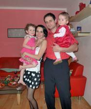 Rodinka (holky spocené z rozbalování, Anička už bosky, ale pořád nám to sluší, ne? :D)