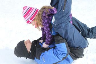 Bobování a řádění ve sněhu u sjezdovky. Mamka záviděla a s bříškem nic nemohla :-p