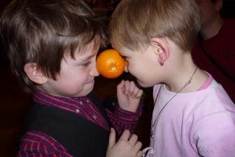 Moc se snažili ten pomeranč udržet a při tom tančit :-)