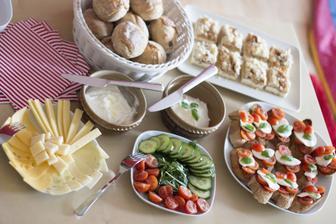 """Připraveni na návštěvu: drobenkový koláč, ranní houstičky (domácí), domácí lučina """"čistá"""" a s česnekem a parmezánem, sýrový talíř, zeleninový talíř, špaldové bagetky zapečené s oliv.olejem, česnekem a provensálskými bylinkami s mozzarelou a rajčátky"""
