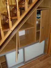 atypická vestavěná skříň pod schody