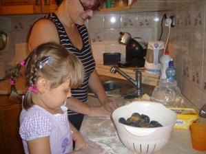 moje velká pomocnice- děláme švestkové knedlíky