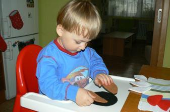 Pak již nadšeně dal druhý hnědý - půlkruhy. Opět hladil, zkoušel materiál. Pak třetiny..